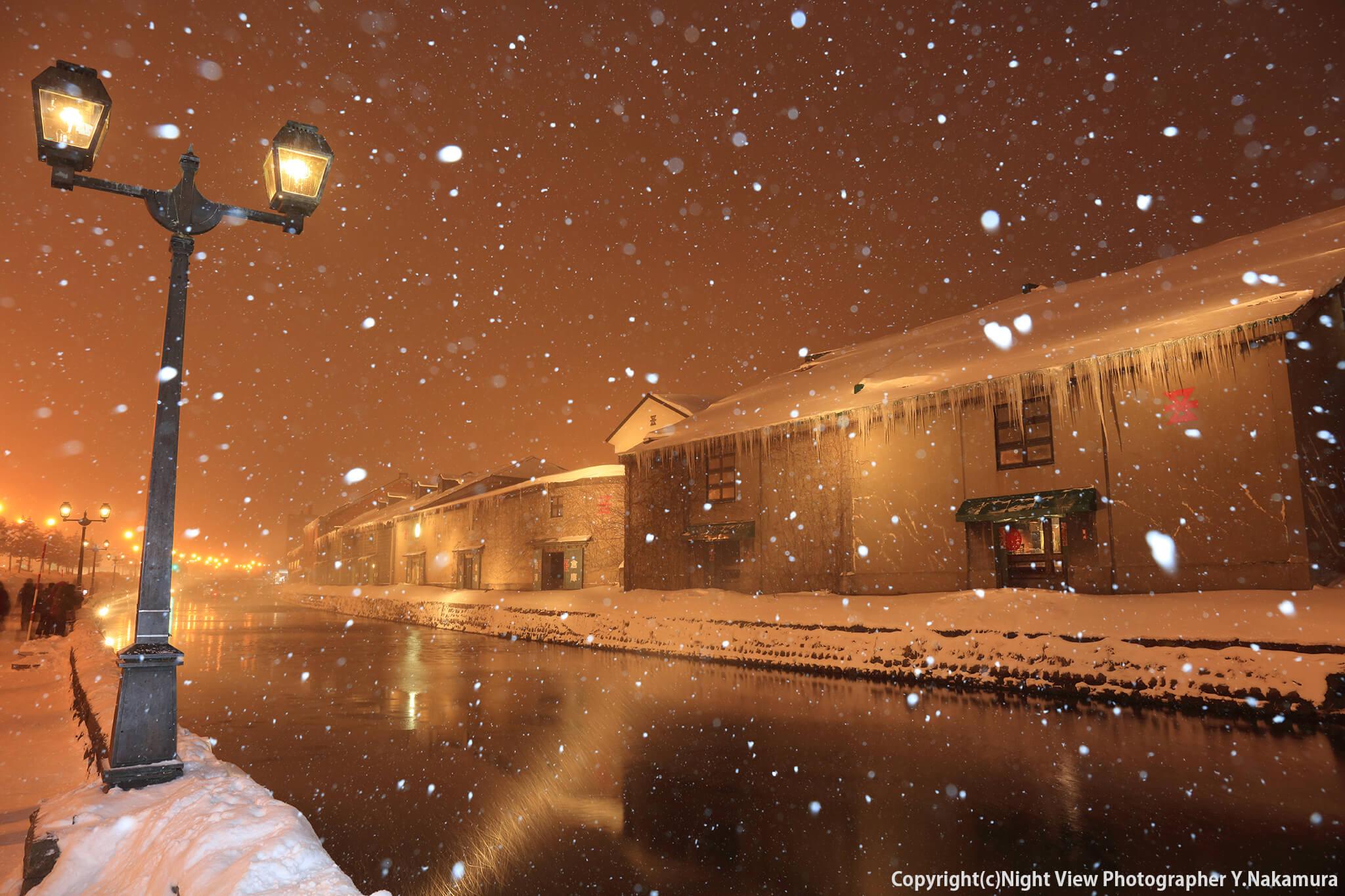 Photo of 水面に映り込む倉庫群のライトアップが美しい「小樽運河」