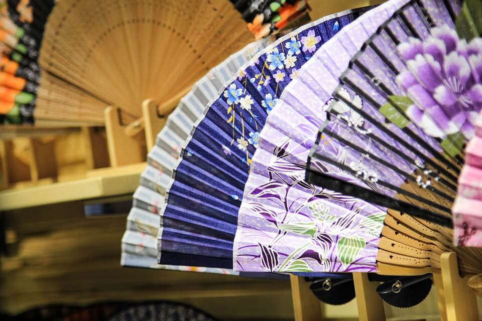 Photo of Xua tan cái nóng mùa hè với 2 loại quạt giấy truyền thống Nhật Bản